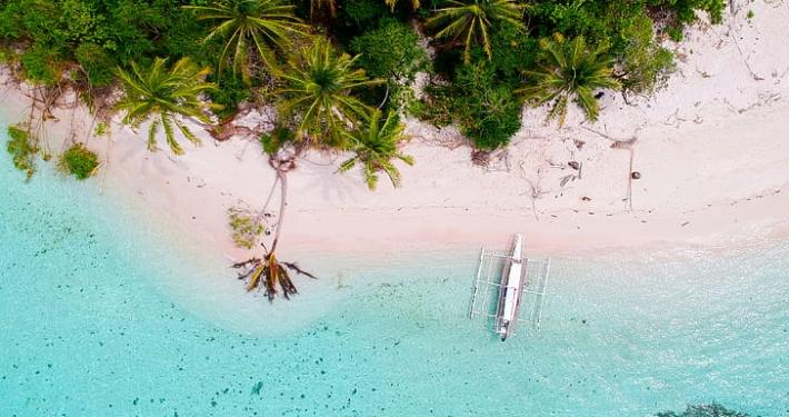 drone shot eiland - strand